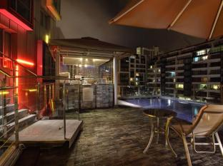 Gallery Hotel Singapore - Swimming Pool - Night View