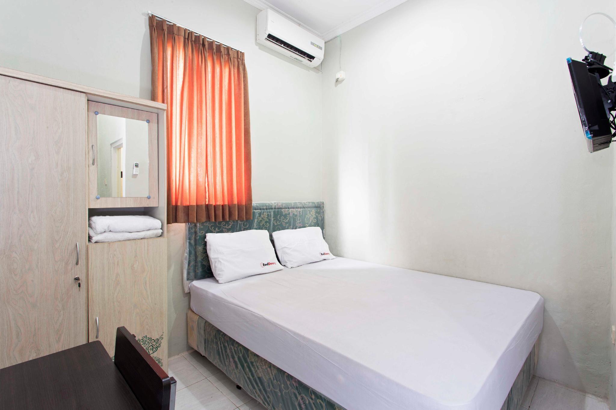 Hotel RedDoorz @ Pinang Tangerang - Jl. KH Mas Mansyur No. 7, Sudimara Pinang, - Tangerang