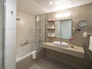 City Seasons Al Hamra Hotel Abu Dhabi - Suite Bathroom