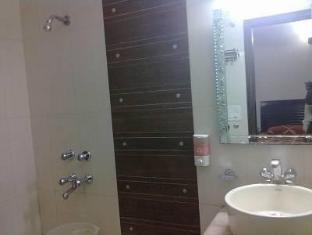Hotel Today International New Delhi and NCR - Bathroom