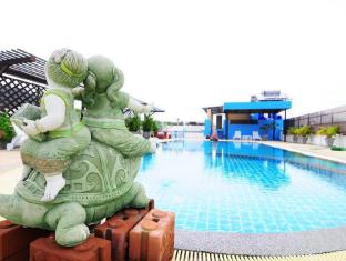 YK Patong Resort Phuket - Outdoor swimming pool