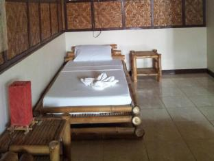 Villa Belza Resort Bohol - Single Bed in the King size room