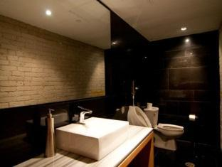 Hotel Ocho Toronto (ON) - Contemporary Unisex Washrooms on the Second Floor