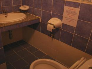 Beshert Guesthouse Phuket - bathrooms with hot and cold water