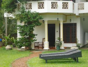 Utopia Villas Hikkaduwa - Sunbeds in the Garden