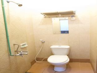 Cherry Red Hotel Medan - Bathroom
