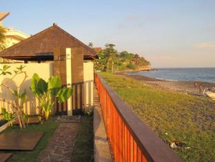 Indonesia Hotel Accommodation Cheap | Villa Pantai Senggigi Lombok - Balcony/Terrace