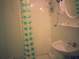 Zenith Home Stay Kandy - Standard Room-Bathroom