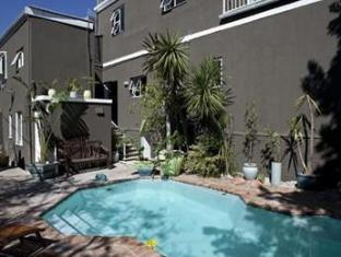 The B.I.G Backpackers Cape Town - Swimming Pool