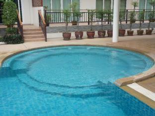 Emerald Palace - Serviced Apartment Pattaya - Relax in the outdoor Jacuzzi