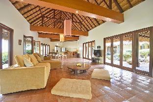 4 -bedroom Hayahay Villa with Garden  in Diniwid