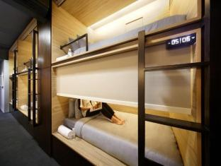 The Pod - Boutique Capsule Hostel Singapore - Single Pod Side Entry with blinds