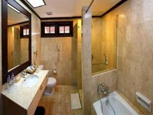 Equator Hotel Surabaya - Bathroom