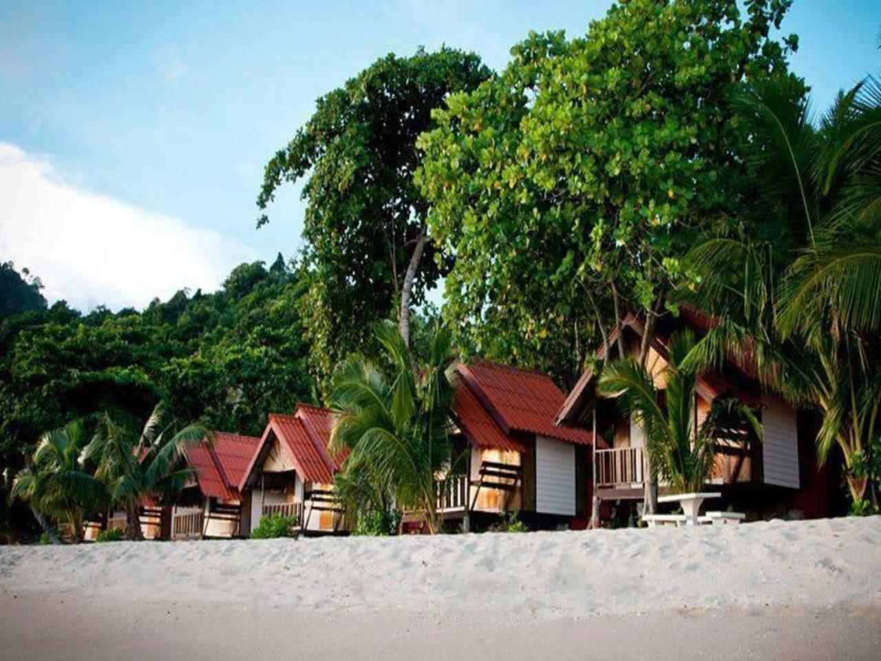 หาดทรายขาว รีสอร์ท  (White Sand Beach Resort)