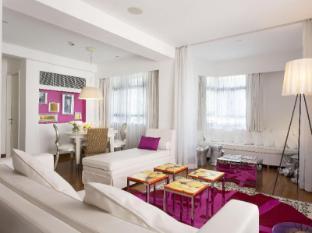 J Plus Hotel by YOO Hong Kong - Dreamy Pink Suite Living Area