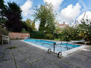 Veeve  Richmond 6 Bed Family Home In South West London