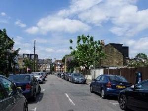 Veeve  4 Bedroom House March Road Twickenham
