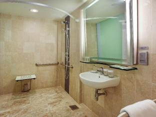 Holiday Inn Singapore Orchard City Centre Singapore - Wheelchair Accessible Bathroom