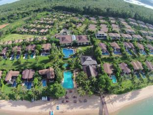 The Village Coconut Island Beach Resort Phūketa