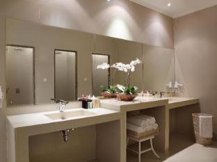 The Breezes Bali Resort & Spa Bali - Departure Lounge - Shower room
