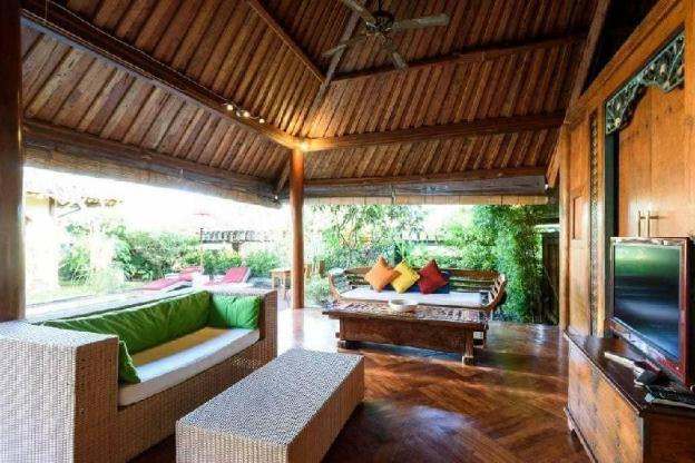 Retreat To A Homey Villa Walking Distance to Beach