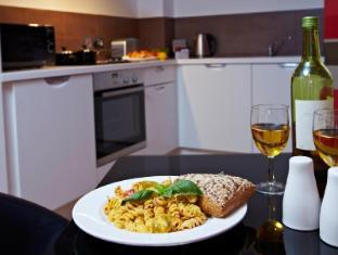 Blue Rainbow ApartHotel Manchester - Kitchen