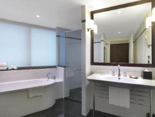 Amora Jamison Hotel Sydney - Deluxe Park Suite Bathroom