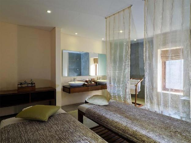 One BR Spa Suite with a Bathtub - Breakfast