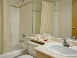 Ramada Limited Richmond (BC) - Bathroom
