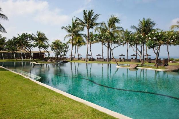 Spacious Hillside Villa w/ tropical garden