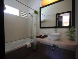Frangipani Villa-60s Hotel Phnom Penh - Bathtub
