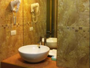 Dulcinea Hotel and Suites Mactan Island - Bathroom