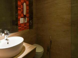 Aura Hotel New Delhi and NCR - Bathroom