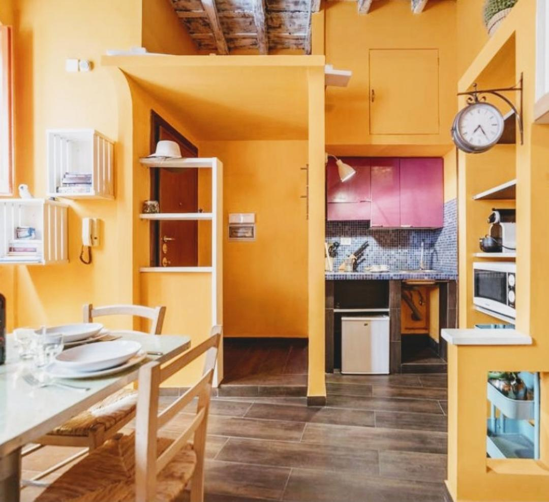 Independent studio apartment, central Rome, Trevi Fountain