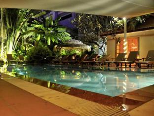 The Villa Paradiso Phnom Penh - Swimming pool at night