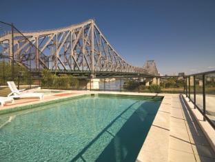 Adina Apartment Hotel Brisbane Brisbane - Outdoor Pool with Story Bridge views