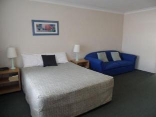 Paramount Motel Brisbane Brisbane - Queen with Sofa