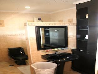 Stone House Bed and Breakfast Manila - Junior Suite Bathroom