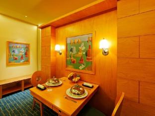 Resorts World Sentosa - Hotel Michael Singapore - Deluxe Suite Dining Area