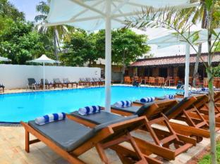 Paradise Beach Hotel Negombo - Swimming pool Beds