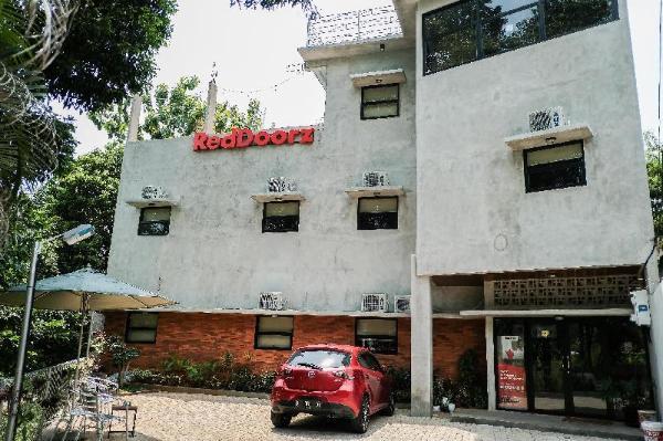 RedDoorz  near Trans Studio Mall Cibubur 3 Jakarta