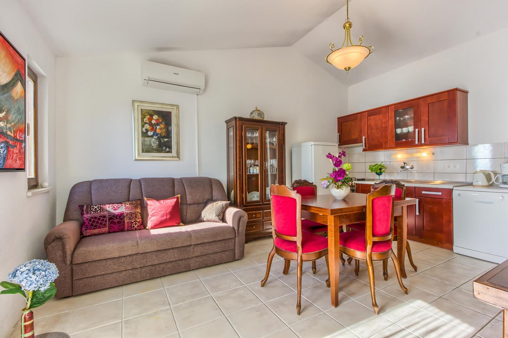 Classic Two Bedroom Apartment In Rogoznca