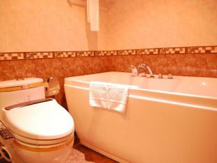 M Chereville Hotel Manila - Bathroom