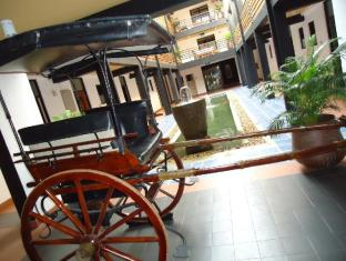 The Sovereign Corporate Hotel Colombo - Interior by the pond