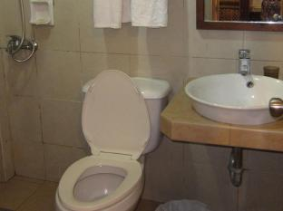 Darunday Manor Tagbilaran City - Twin room bathroom