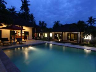 Hotel Melamun Бали - Бассейн