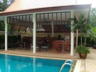 Emerald Palace Hotel Pattaya - Restaurant with Swimming Pool