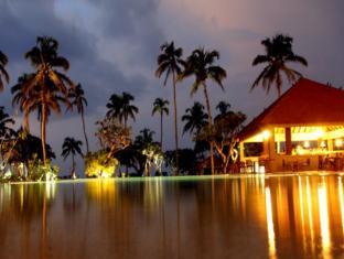 Hikka Tranz by Cinnamon Hikkaduwa - Pool side bar at night fall