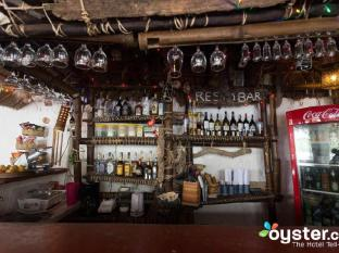 Discovery Island Resort and Dive Center Coron - Have a drink at the bar