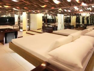 Victoria Court Gil Puyat Motorist Lodge Manila - Mirror Maze - Suite Room